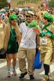 Deltagare marscherar i den 35th årliga sjöjungfrun ståtar på Coney Island Royaltyfri Foto