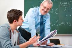 Deltagare med en lärare i klassrum arkivbilder