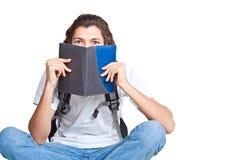 Deltagare med en lärobok och en satchel Royaltyfria Bilder
