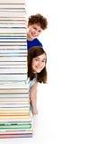 Deltagare och högen av bokar arkivfoto