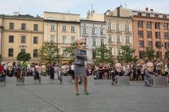 Deltagare på årligen (Juli 9-12) den 28th internationella festivalen av gatateatrar Royaltyfri Bild
