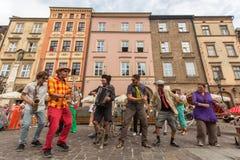 Deltagare på årligen (Juli 9-12) den 28th internationella festivalen av gatateatrar Arkivfoto