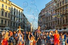 Deltagare på den 28th internationella festivalen av gatateatrar Royaltyfria Bilder