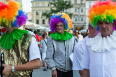 Deltagare på den 28th internationella festivalen av gatateatrar Arkivfoto