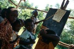 Deltagare på ett utomhus- klassrum, Uganda. arkivbilder