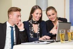 Deltagare på kongressen eller föreläsningen som lyssnar till en presentation Arkivbilder