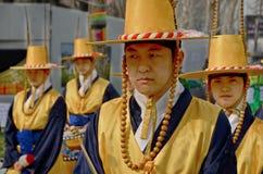 Deltagare på kungligt Vakt-ändra för Deoksugung slott Royaltyfria Foton