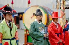 Deltagare på kungligt Vakt-ändra för Deoksugung slott Royaltyfri Foto