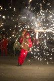 Deltagare på laen Merce Correfoc eller brandkörningen Arkivfoto