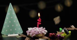 deltagare Rosa munk och en r?d festlig stearinljus p? den Guld- konfettinedg?ng stock video