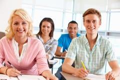Deltagare som fungerar i klassrum arkivbild