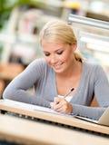 Deltagare som fungerar på skrivbordet Arkivbild