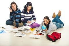 Deltagare som gör läxa arkivbild