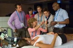 Deltagare som lär nya ultraljudtekniker på medicinsk kongress royaltyfria foton