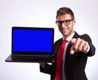 Deltagare som pekar på dig för att segra en ny bärbar dator Arkivbild