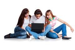 Deltagare som placerar med bärbar dator Royaltyfri Foto