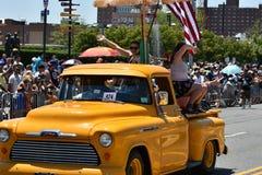 Deltagare som rider bilen under den 34th årliga sjöjungfrun, ståtar på Coney Island Royaltyfri Bild