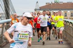 Deltagare under den årliga Krakow internationalmaraton Royaltyfri Foto