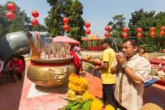 Deltagare under det kinesiska nya året för beröm i den Koh Chang Chinese templet Arkivbild