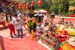 Deltagare under det kinesiska nya året för beröm i den Koh Chang Chinese templet Arkivfoto