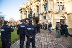 Deltagare under protest nära den Cracow operan, mot att komma med ryska soldater i Krimet Royaltyfria Foton
