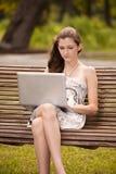 Deltagare utanför med bärbar dator Arkivbild