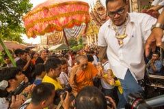 Deltagare Wai Kroo Master Day Ceremony på den Wat Bang Phra kloster, omkring 50 km av Bangkok Arkivbilder
