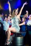 Deltagarefolkdans i disko eller klubba arkivfoton