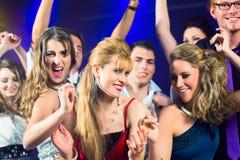 Deltagarefolkdans i diskoklubba Royaltyfri Fotografi
