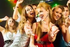 Deltagarefolkdans i diskoklubba Fotografering för Bildbyråer