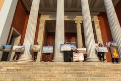 Deltagarehandlingar av samtida konst - brännande man som går fotoutläggning royaltyfria foton