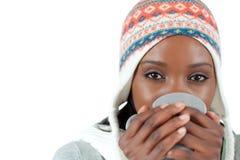 Deltagarekvinna som tycker om en kopp av tea i colden Royaltyfria Foton