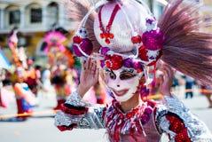 Deltagaren av dansen för den Masskara festivalgatan ståtar Royaltyfri Fotografi