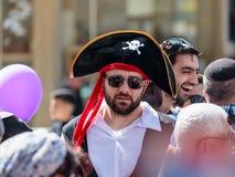 Deltagaren av den årliga karnevalet av Adloyada klädde som en piratkopiera i Nahariyya, Israel arkivfoton