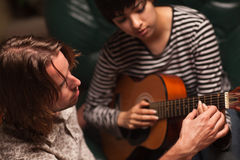 deltagaren för spelrum för kvinnliggitarrmusiker undervisar till Arkivfoton