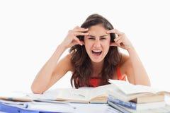 Deltagaren går galen göra henne läxan Arkivfoton