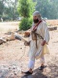 Deltagaren i rekonstruktionen av horn av den Hattin striden i 1187 går till och med lägret för aktionen nära Tiberias, Israe Arkivbild