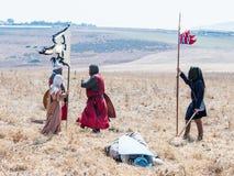 Deltagaren i rekonstruktionen av horn av den Hattin striden i 1187 ställningar på slagfältet och förhandlar nära Tiberias, Israel Royaltyfri Foto