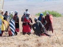 Deltagaren i rekonstruktionen av horn av den Hattin striden i 1187 ställningar på slagfältet och förhandlar nära Tiberias, Israel Arkivbild