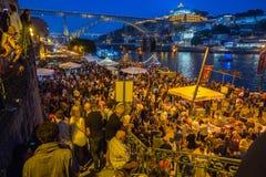 DeltagareSaoJoao Festival födelse av StJohn Baptist Very den populära ferien firas 23-24 Juni på midnatt Arkivbilder