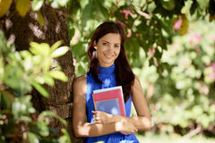 Deltagareståenden på skolar, den lyckliga unga kvinnan med universitetar bo Arkivbilder