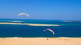 Deltaplane海滩海法国天空沙丘pila 库存图片