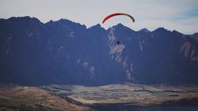Deltaplane au-dessus des montagnes clips vidéos