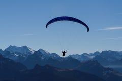 Deltaplane au-dessus des montagnes Photographie stock