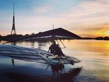 Deltaplane auf dem Fluss Lizenzfreies Stockbild