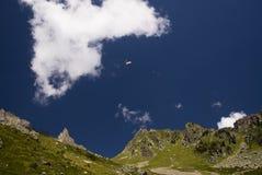 Deltaplane dans le massif de Mont Blanc Photographie stock libre de droits