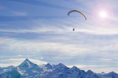 Deltaplane de l'hiver en montagnes d'alpes Photographie stock