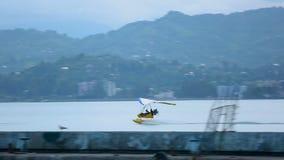 Deltaplane que saca de la superficie del mar, de la adrenalina y de la velocidad, impresiones brillantes metrajes