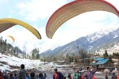 Deltaplaning bij Solang-Vallei, Manali Himachal Pradesh, (India) Royalty-vrije Stock Foto