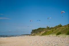 Deltaplaning in het strand royalty-vrije stock foto's
